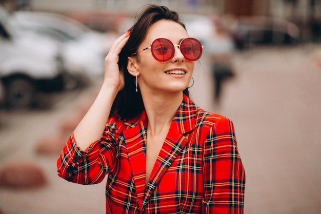 Portret szczęśliwa kobieta w czerwonej kurtce