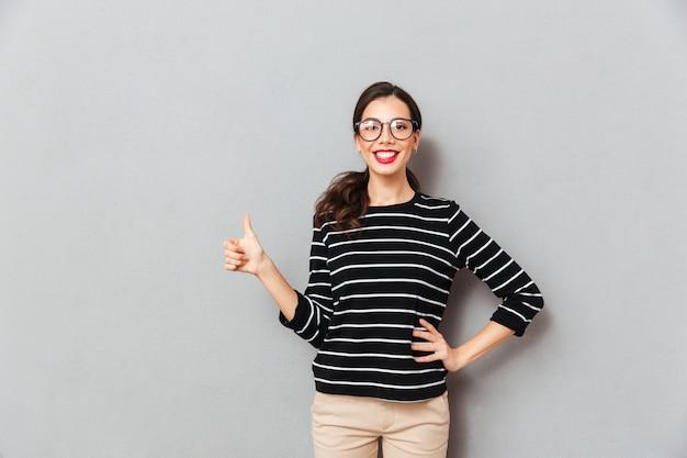 Portret szczęśliwa kobieta w eyeglasses