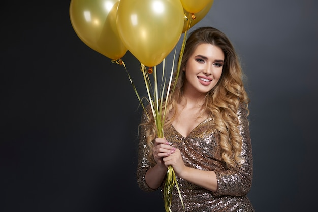Portret szczęśliwa kobieta z balonami
