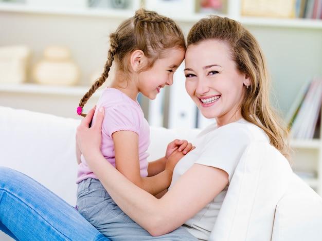 Portret szczęśliwa kobieta z córką