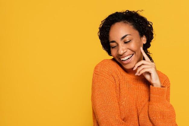 Portret szczęśliwa kobieta z miejsca na kopię