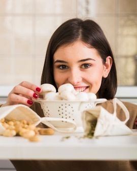 Portret szczęśliwa kobieta z pieczarkami