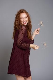 Portret szczęśliwa kobieta z płonącymi ogniami