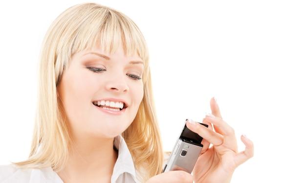 Portret szczęśliwa kobieta z telefonem komórkowym