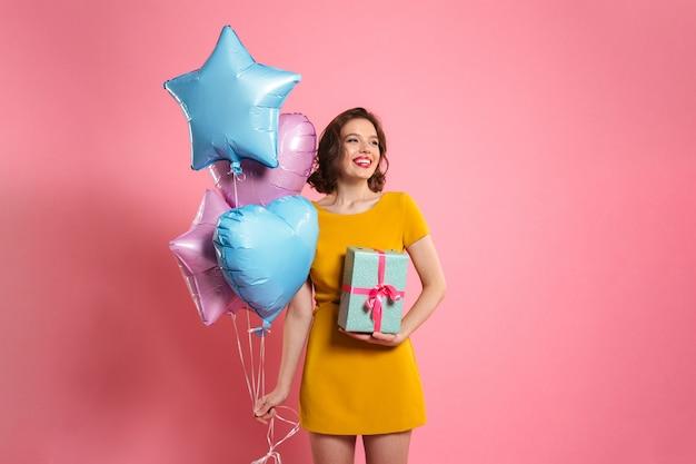 Portret szczęśliwa ładna kobieta w sukni