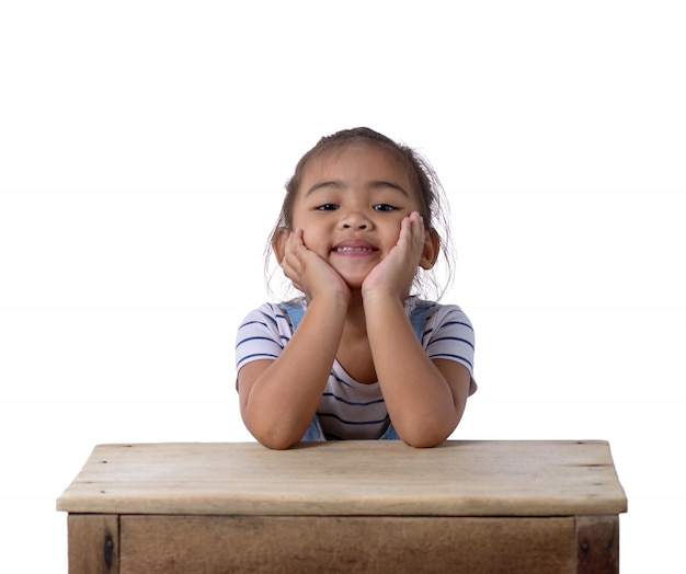 Portret szczęśliwa mała azjatykcia dziewczyna a na białym tle