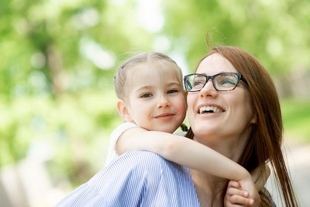 Portret szczęśliwa matka córka mała dziewczynka dziecko twarz rodziny na zewnątrz