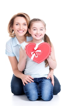 Portret szczęśliwa matka i córka trzymają prezent na urodziny - na białym tle