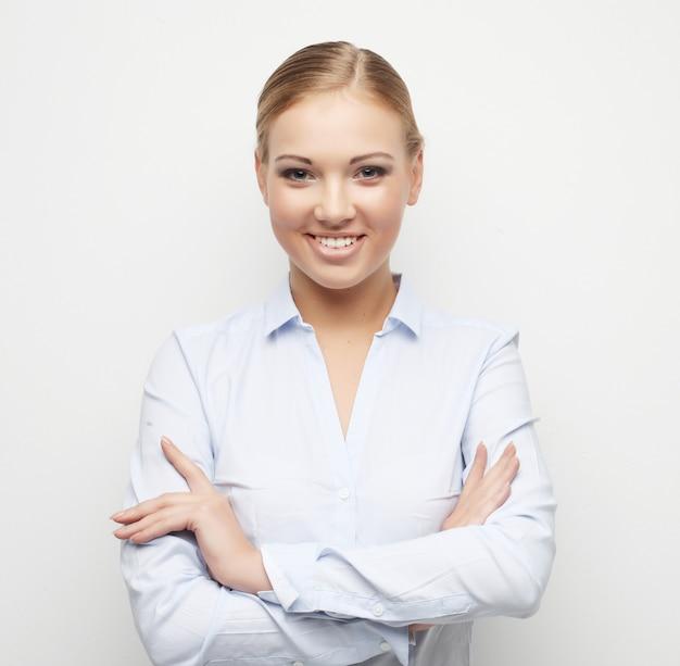 Portret szczęśliwa młoda biznesowa kobieta nad białym tłem