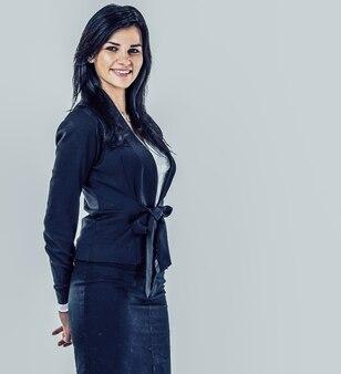 Portret szczęśliwa młoda biznesowa kobieta. szare tło