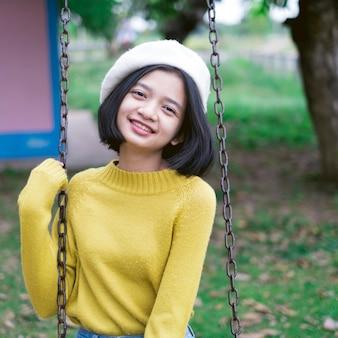 Portret szczęśliwa młoda dziewczyna na boisku.
