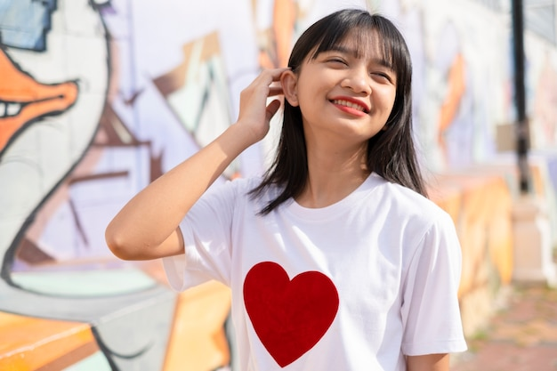 Portret szczęśliwa młoda dziewczyna na kolorowym tle.
