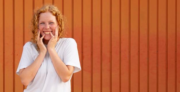 Portret szczęśliwa młoda dziewczyna uśmiecha się z miejsca na kopię