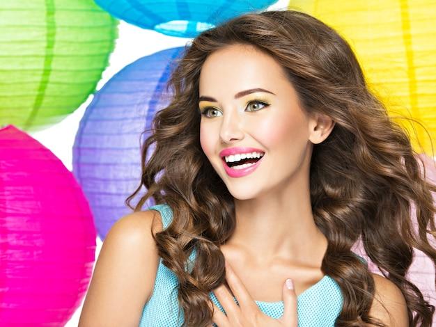 Portret szczęśliwa młoda dziewczyna z długimi brązowymi włosami. zbliżenie twarzy kaukaski kobieta bardzo uśmiechnięta na białym tle