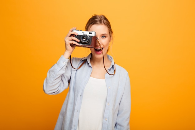 Portret szczęśliwa młoda dziewczyna z szelkami