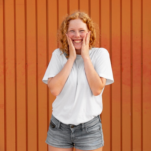 Portret szczęśliwa młoda dziewczyna z uśmiechem