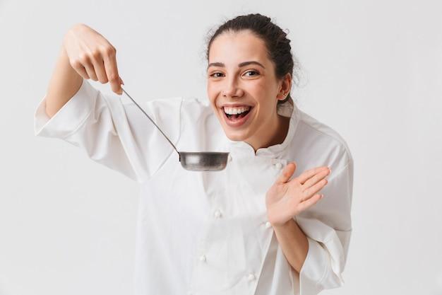 Portret szczęśliwa młoda kobieta gotowania