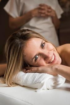 Portret szczęśliwa młoda kobieta przy zdrojem