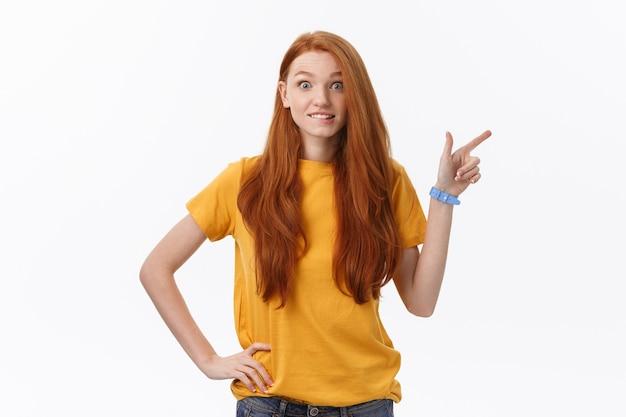 Portret szczęśliwa młoda kobieta stojąca na białym tle nad białą ścianą
