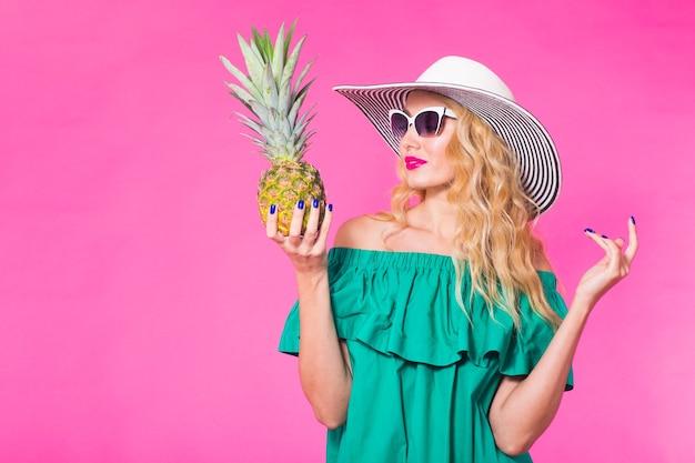Portret szczęśliwa młoda kobieta w okularach przeciwsłonecznych