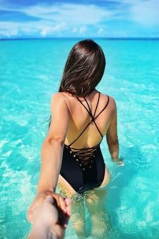 Portret szczęśliwa młoda kobieta w pięknej willi na wodzie na wyspie malediwy. podróże i wakacje. zdjęcia plenerowe