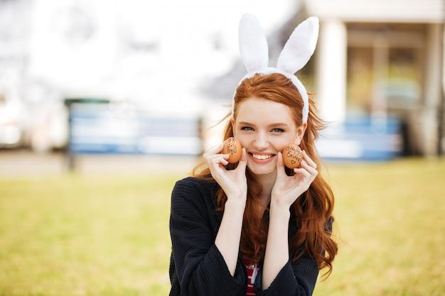 Portret szczęśliwa młoda kobieta z długim imbirowym włosy
