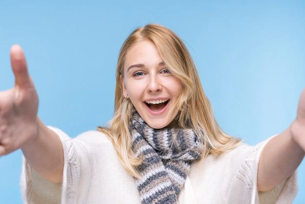 Portret szczęśliwa młoda kobieta