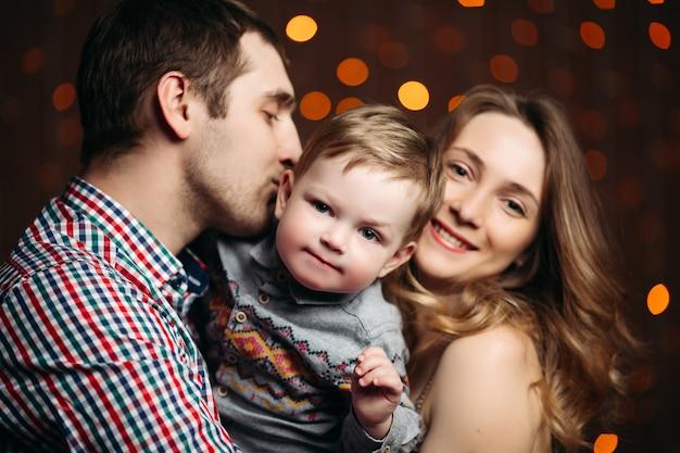 Portret szczęśliwa młoda rodzina siedzi razem