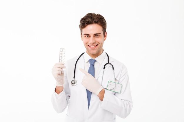 Portret szczęśliwa młoda samiec lekarka z stetoskopem