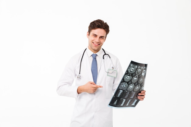Portret szczęśliwa młoda samiec lekarka