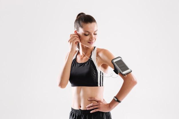 Portret szczęśliwa młoda sprawności fizycznej kobieta w sportswear