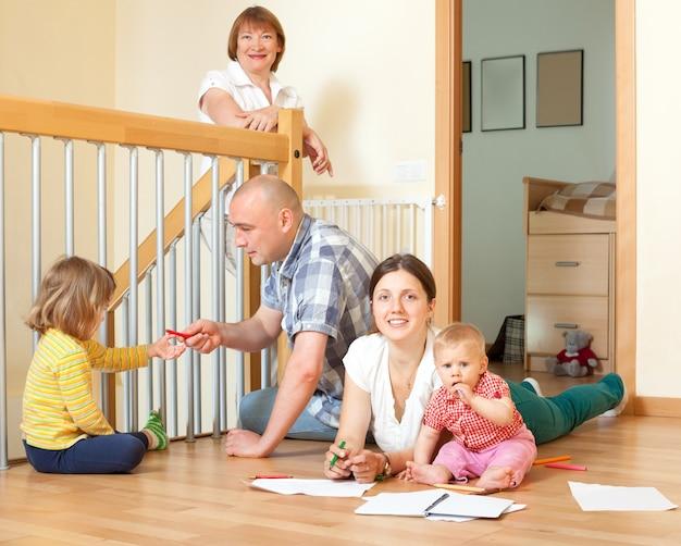 Portret szczęśliwa multigeneration rodzina z małymi dziećmi komunikuje