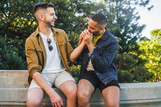 Portret szczęśliwa para gejów spędzać czas razem i mieć randkę w parku. koncepcja lgbt i miłość.