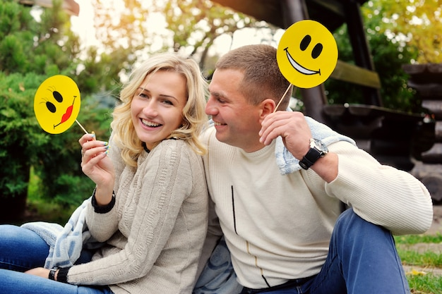 Portret szczęśliwa para miłości w lecie parku