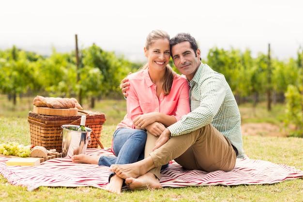 Portret szczęśliwa para relaksuje na koc