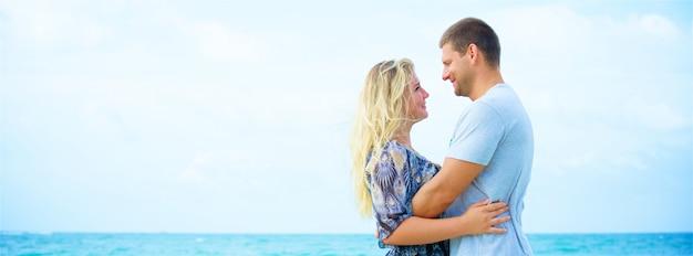 Portret szczęśliwa para zakochanych, przytulanie na plaży w letni dzień