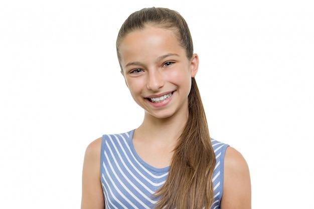 Portret szczęśliwa piękna młoda uśmiechnięta dziewczyna.