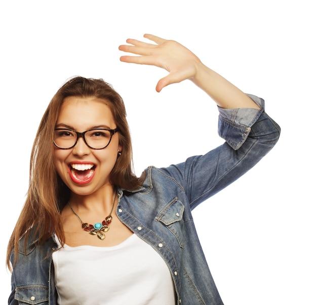 Portret szczęśliwa podekscytowana kobieta świętuje jej sukces.