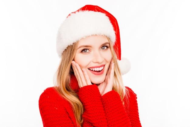 Portret szczęśliwa podekscytowana ładna kobieta w santa hat