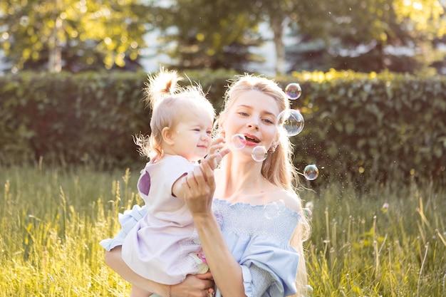 Portret szczęśliwa potomstwo matka z małą śliczną dziecko córką wydaje czas wpólnie