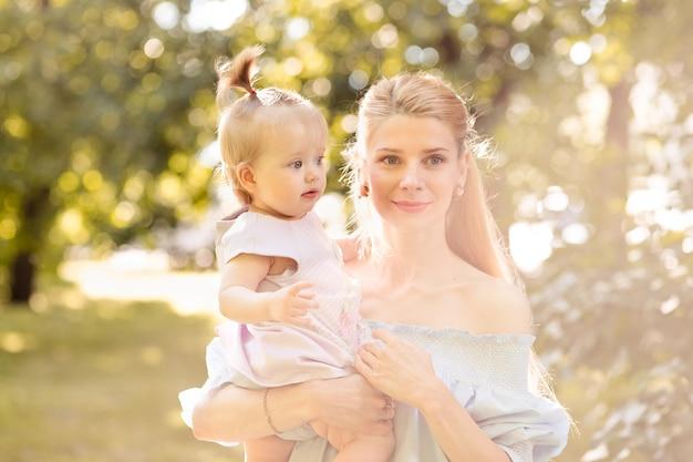 Portret szczęśliwa potomstwo matka z małą śliczną dziecko córką