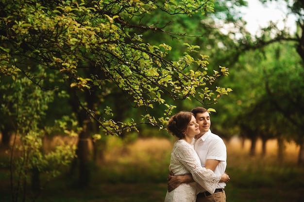 Portret szczęśliwa potomstwo para cieszy się dzień w parku wpólnie