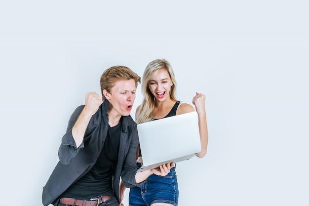 Portret szczęśliwa potomstwo para używa laptop