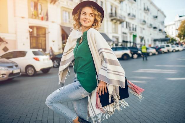 Portret szczęśliwa pozytywna kobieta uśmiechnięta szczery, wiosna moda styl uliczny, ubrana w zielony blose