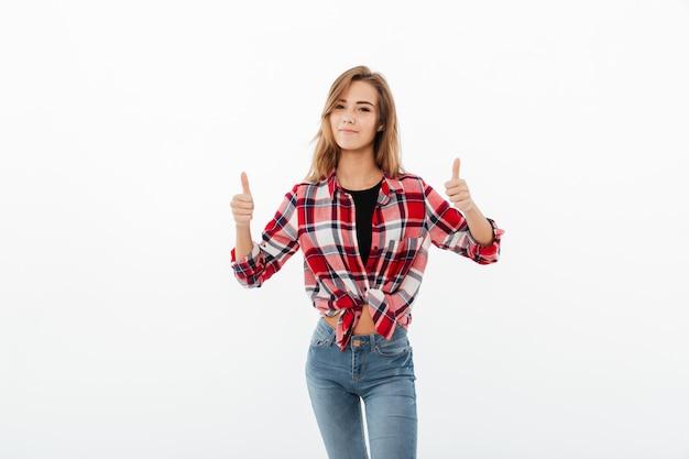 Portret szczęśliwa przypadkowa dziewczyna w szkockiej kraty koszula