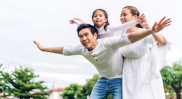 Portret szczęśliwa rodzina gra i zabawy