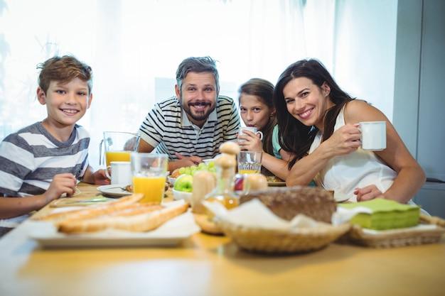 Portret szczęśliwa rodzina ma śniadanie wpólnie
