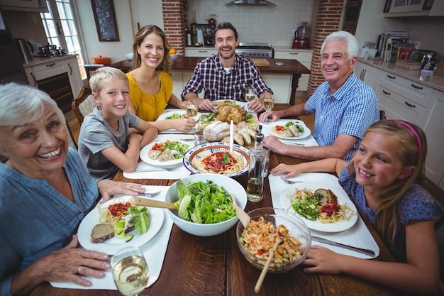 Portret szczęśliwa rodzina świętuje święto dziękczynienia