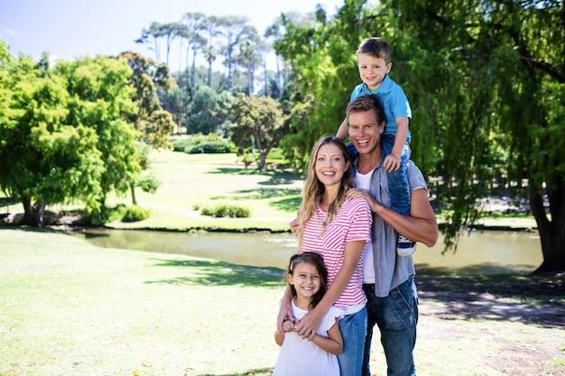 Portret szczęśliwa rodzina w parku