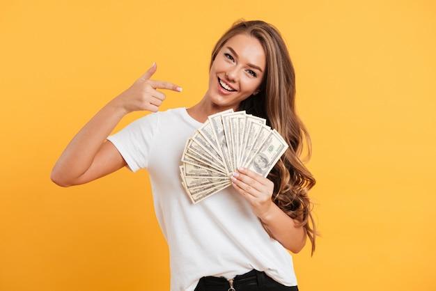 Portret szczęśliwa rozochocona dziewczyna wskazuje palec